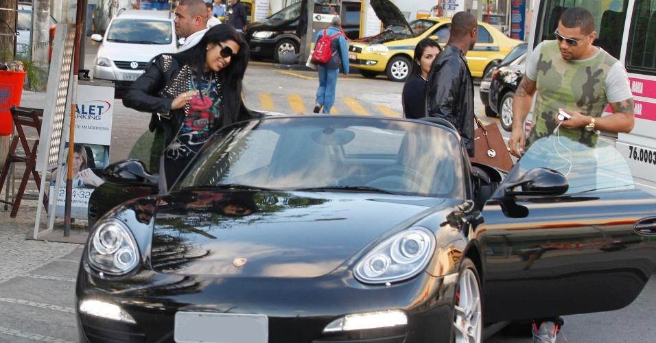 29.ago.2013 - Naldo e Moranguinho deixam restaurante na Barra da Tijuca com carro avaliado em R$ 350 mil