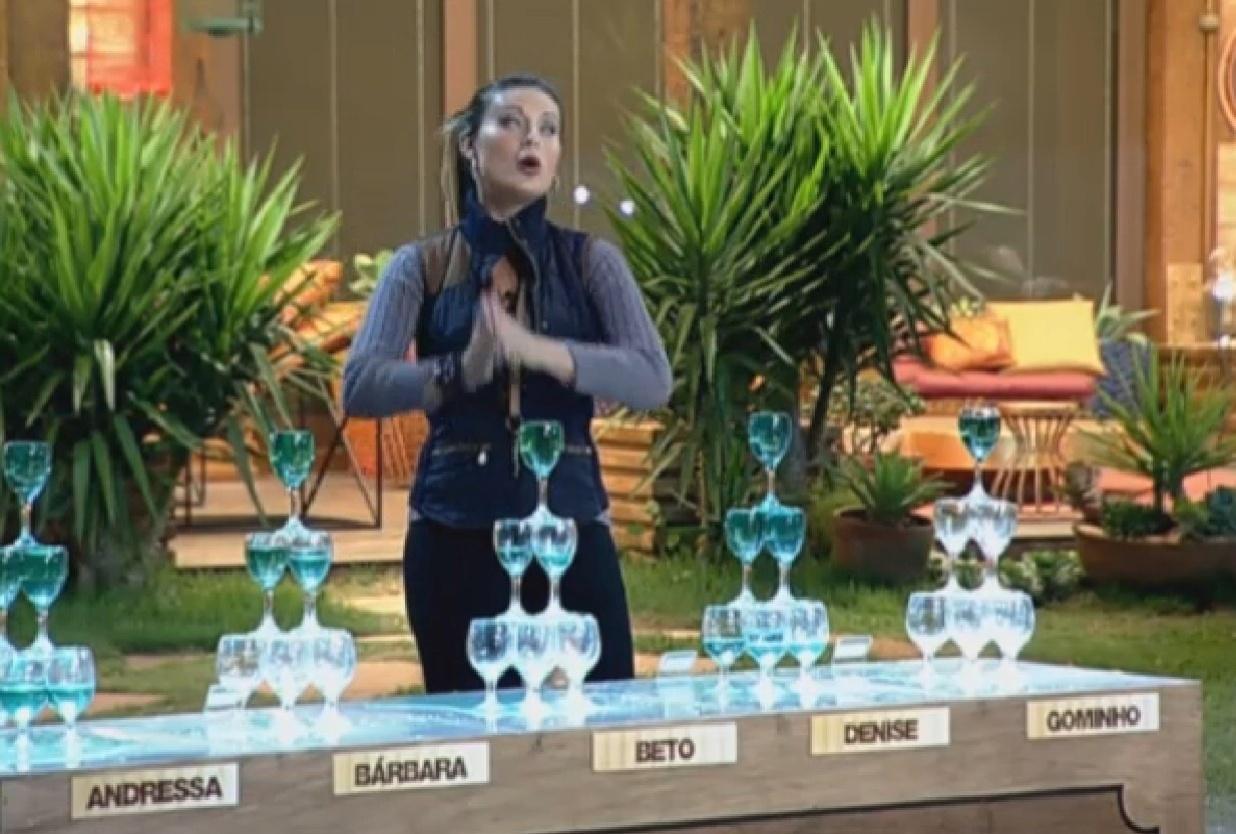 30.ago.2013 - Andressa Urach aproveita atividade para provocar Denise Rocha
