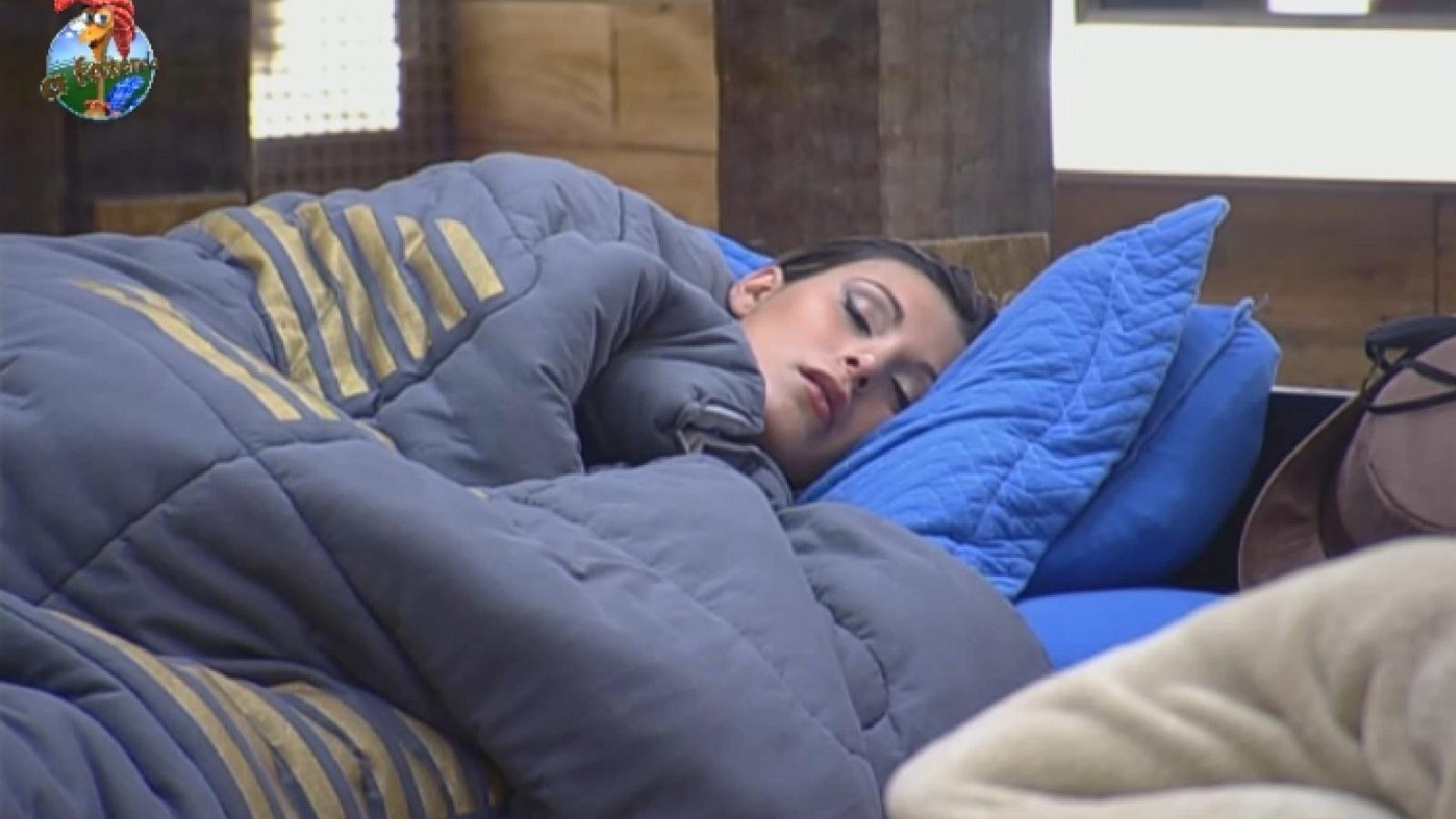 30.ago.2013 - Andressa Urach dorme na manhã desta sexta-feira