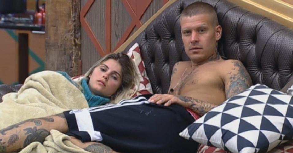 30.ago.2013 - Bárbara e Mateus conversam na sala com outros peões