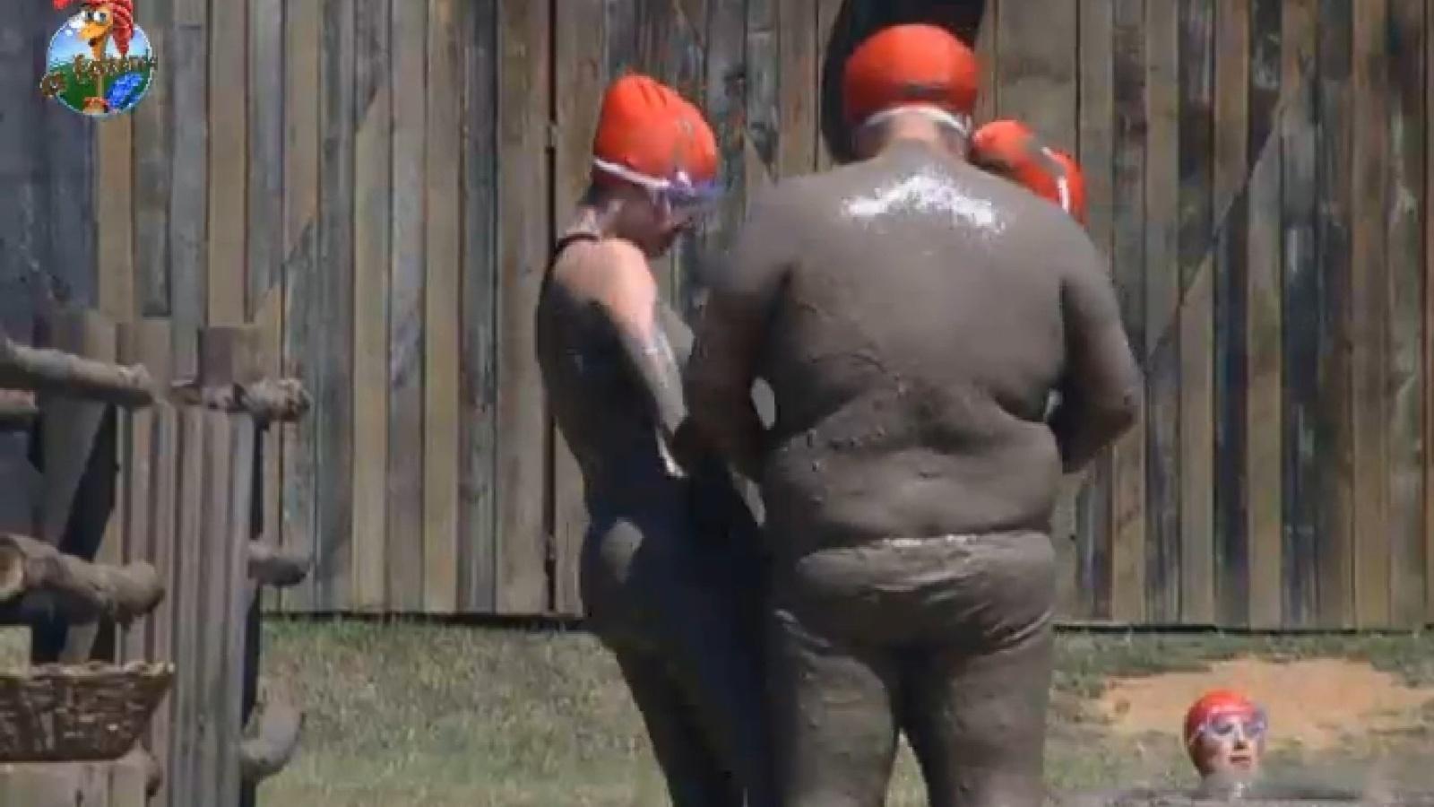 30.ago.2013 - Bárbara Evans e Gominho participam de atividade na lama