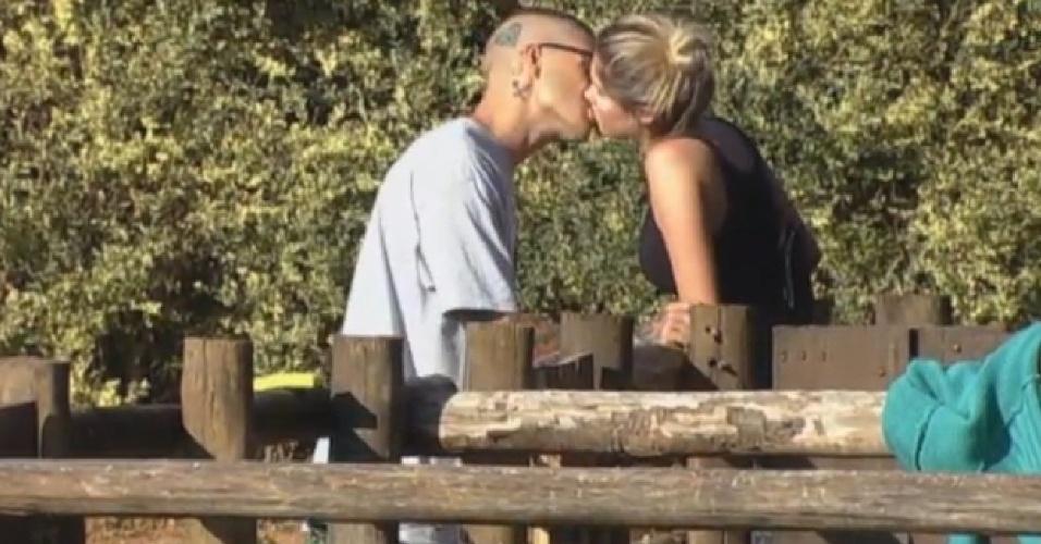 30.ago.2013 - Bárbara Evans e Mateus Verdelho se beijam na manhã desta sexta-feira