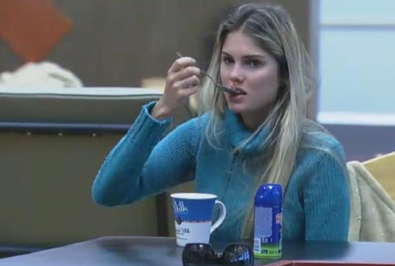 30.ago.2013 - Bárbara Evans toma café da manhã