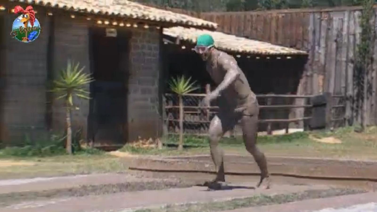 30.ago.2013 - Beto Malfacini corre em direção à tina durante atividade