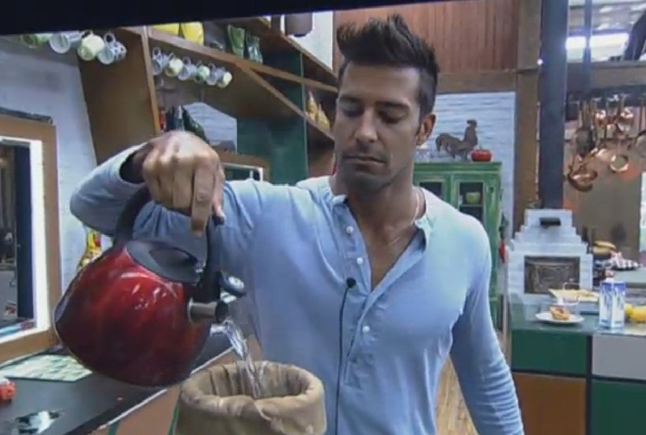 30.ago.2013 - Beto Malfacini faz café na cozinha da sede