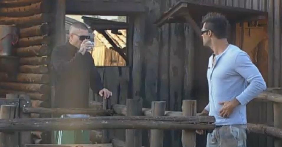 30.ago.2013 - Beto Malfacini leva café para Mateus Verdelho