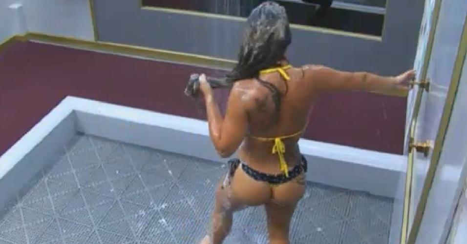 30.ago.2013 - Denise Rocha toma banho depois de cuidar das aves