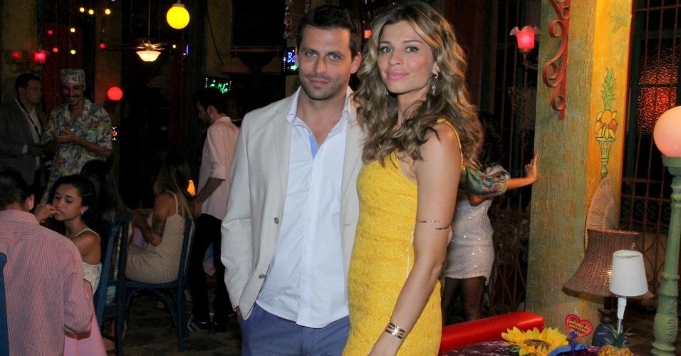 """30.ago.2013 - Henri Castelli e Grazi Massafera posam juntos nos batidores da novela """"Flor do Caribe"""""""