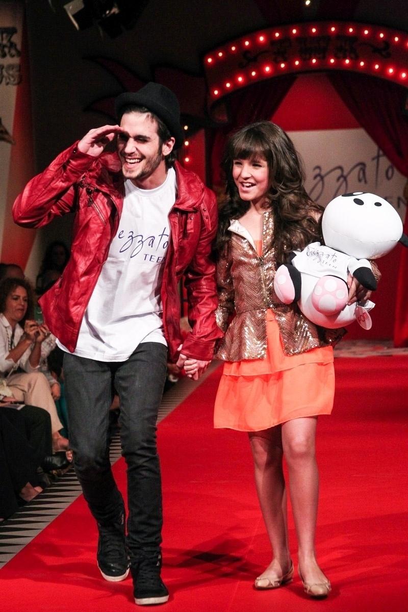 30.ago.2013 - O cantor e ator Fiuk participou de um desfile de moda em um shopping em São Paulo. A atriz Larissa Manoella também participou do evento