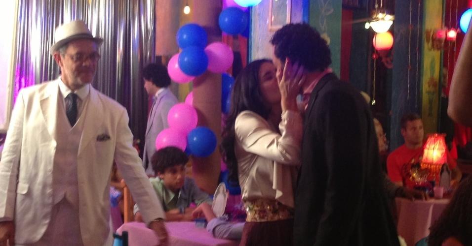 """30.ago.2013 - O jogador do Fluminense Fred grava cena de beijo com a atriz argentina Moro Aguileri (Cristal) em """"Flor do Caribe"""""""
