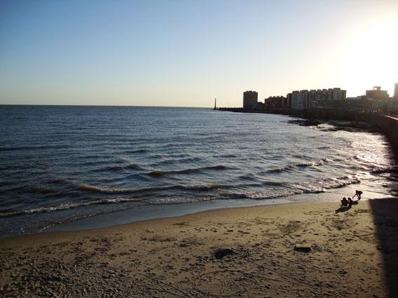 A praia Ramirez, na Rambla, não tem águas próprias para banho, mas permite uma bela vista da orla