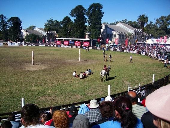 A Semana Crioula de Montevidéu acontece no mesmo período que os brasileiros celebram a Páscoa. É quando os uruguaios se reúnem no parque do Prado para acompanhar as gineteadas