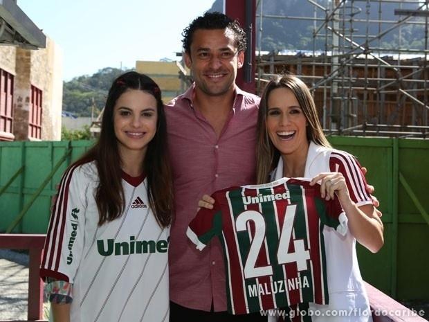 As atrizes Sthefany Brito e Fernada Pontes tietam o jogador do Fluminense, Fred