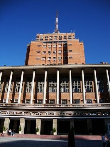 As formas do edifício sede da prefeitura de Montevidéu foram inspirados nas construções medievais
