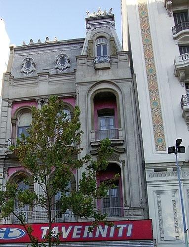 Caminhando na avenida 18 de Julho, preste atenção à diversidade de estilos arquitetônicos ao longo da avenida
