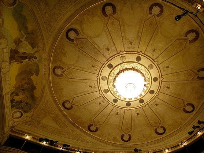 Do teto do Teatro Solís, em Montevidéu, pende um lustre de cristal gigante que pesa 500 quilos