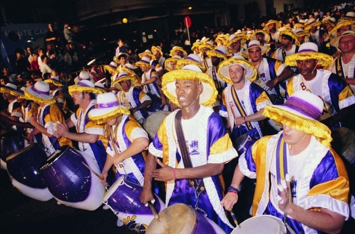 Mais de dois mil tambores soam simultaneamente durante o trajeto do Desfile de Chamadas, no Carnaval