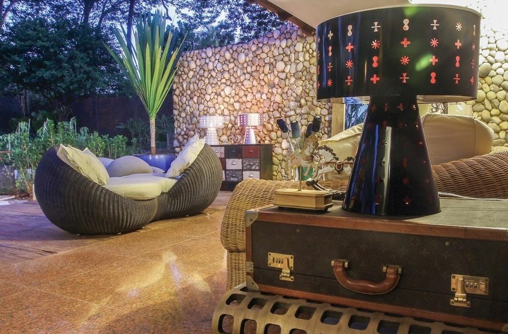 O arquiteto César Neto criou a Varanda de Leitura que mistura estilos em sua composição. No espaço, os sofás, pufes e poltronas de fibra são combinados às luminárias Ikon (2008) - assinadas por Karim Rashid - e à mala Louis Vuitton (
