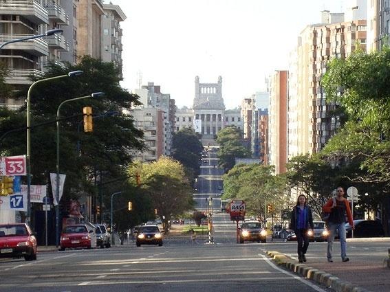 Na Praça Fabini, mirando em direção à Avenida do Libertador, você pode avistar o Parlamento uruguaio