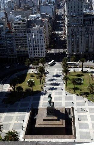 No centro da Praça Independência está o mausoléu do General José Artigas, líder da independência uruguaia