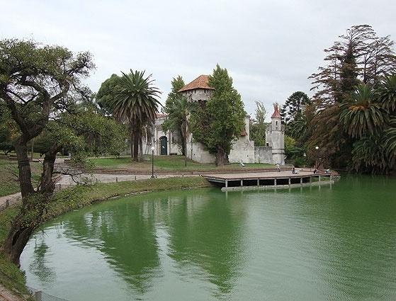 O castelo que abriga atividades infantis e o lago de águas verdes são características do parque Rodó, em Montevidéu