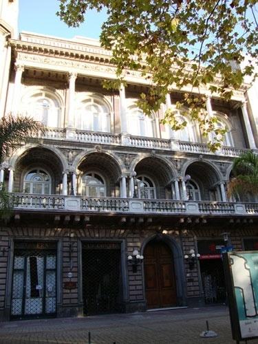 O edifício do Club Uruguai é um dos destaques da Praça da Constituição, na Cidade Velha