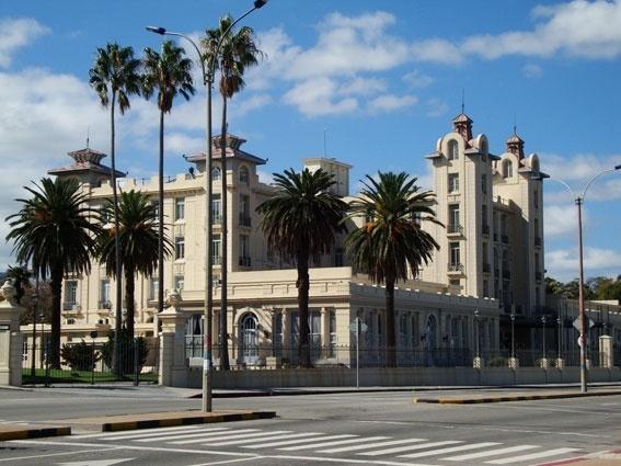 O edifício Mercosul em Montevidéu foi projetado por um francês para abrigar um hotel de luxo, hoje transformado em sede administrativa da instituição