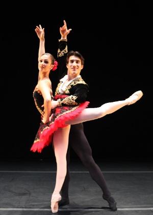 """Os bailarinos Thamiris Prata e Norton Fantinel, da São Paulo Companhia de Dança, em cena de """"Dom Quixote"""" - Marcela Benvegnu/Divulgação"""