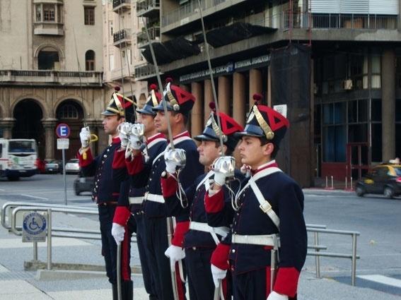 Os guardas promovem bela coreografia militar e ficam atentos durante todo o processo de recolhimento da bandeira na Praça Independência