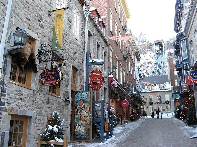 Rua de Québec com construções do século 17 e, ao fundo, funicular que leva à cidade murada