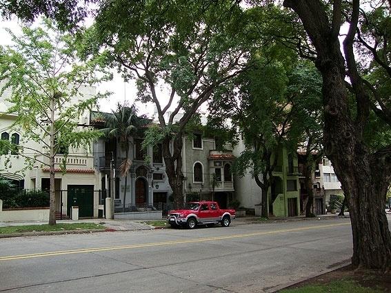 Ruas simpáticas, com casarios antigos e bela arborização estão por toda a parte em Montevidéu