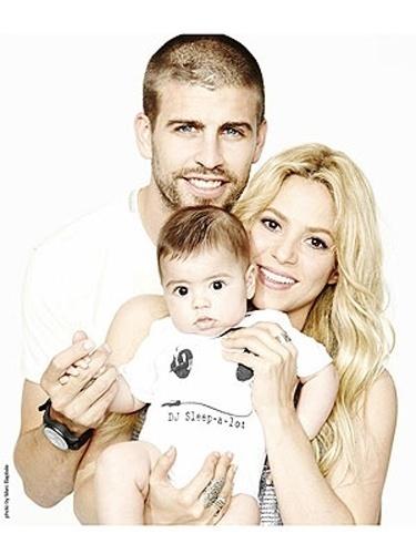 29.ago.2013 - O jogador Gerard Piqué divulgou uma registro familiar com seus fãs. Na imagem, ele aparece ao lado da mulher, a cantora Shakira, e do filho Milan, de sete meses