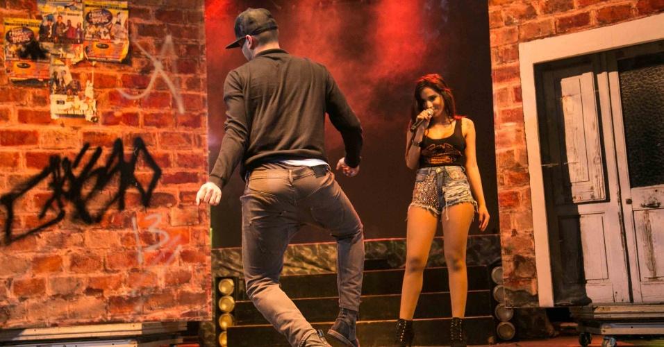 """30.ago.2013 - A cantora Anitta levou seu """"Show das Poderosas"""" para Niterói, Rio. Durante a apresentação, o humorista Eduardo Sterblitch subiu ao palco de dançou o """"Quadradinho de Oito"""""""