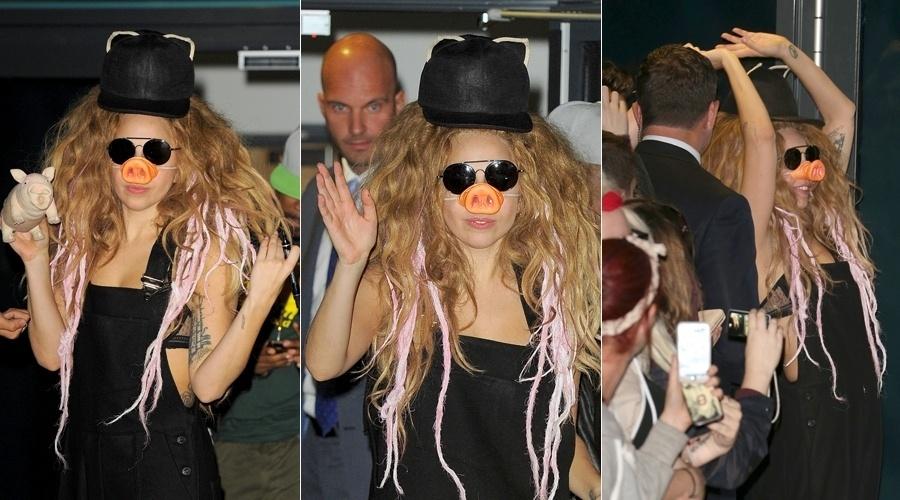 """30.ago.2013 - Lady Gaga surpreendeu aos fãs ao usar um nariz de porco durante uma pausa nos ensaios do iTunes Festival. O adereço foi forma que a cantora escolheu para divulgar seu novo single, """"Swine"""", que em português significa """"suíno"""""""