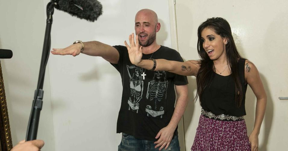 30.ago.2013 - Paulo Gustavo tietou a cantora Anitta no camarim