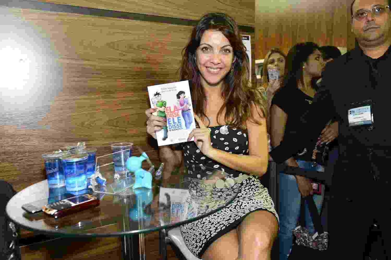 """31.ago.2013 - A escritora Thalita Rebouças autografou o livro """"Ela disse, Ele disse - O namoro"""" na 16ª edição da Bienal Internacional do Livro, no Rio - AgNews"""