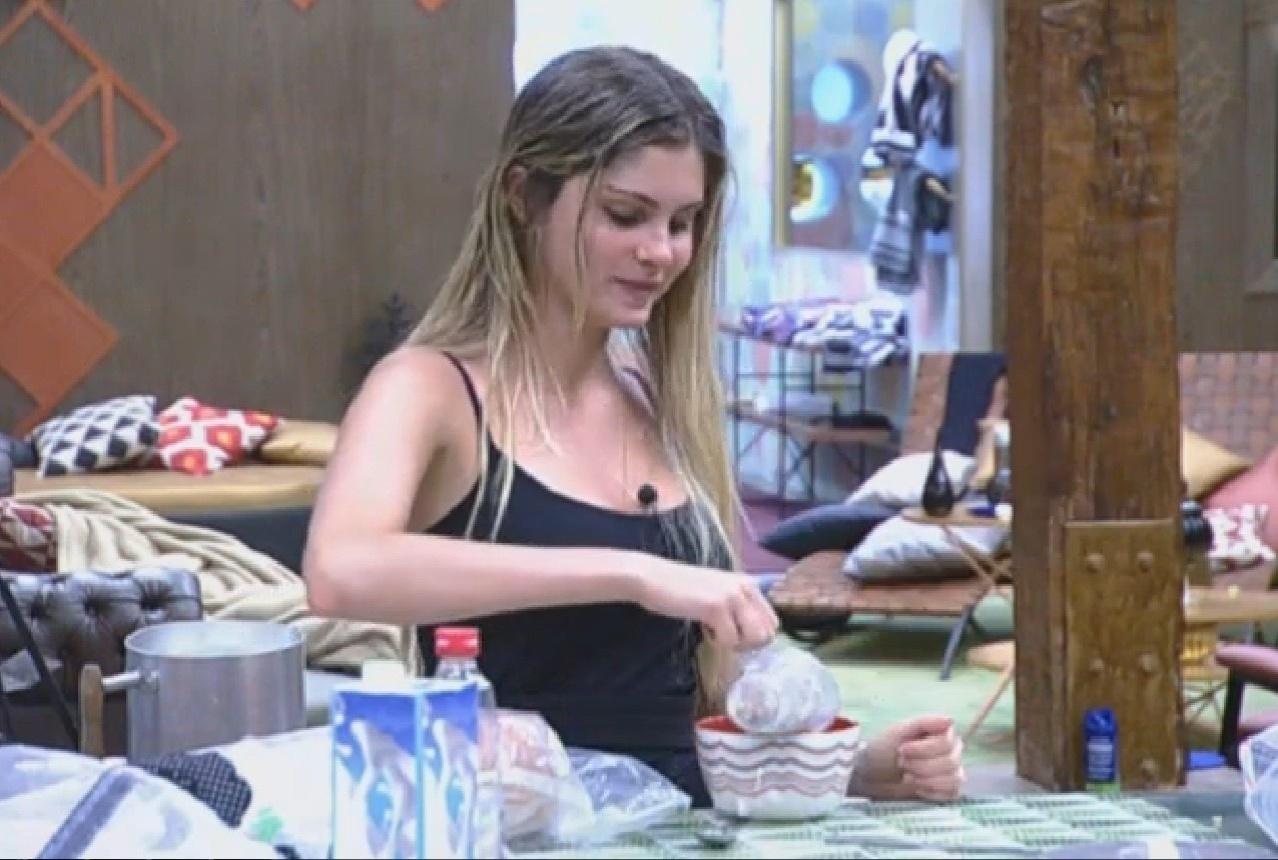 31.ago.2013 - Bárbara Evans toma café da manhã