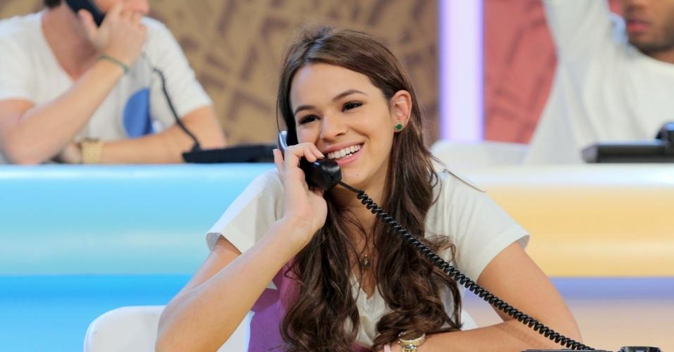 """31.ago.2013 - Bruna Marquezine participou do """"Mesão da Esperança"""". A atriz atendeu ligações de pessoas interessadas em fazer doações ao projeto """"Criança Esperança"""""""