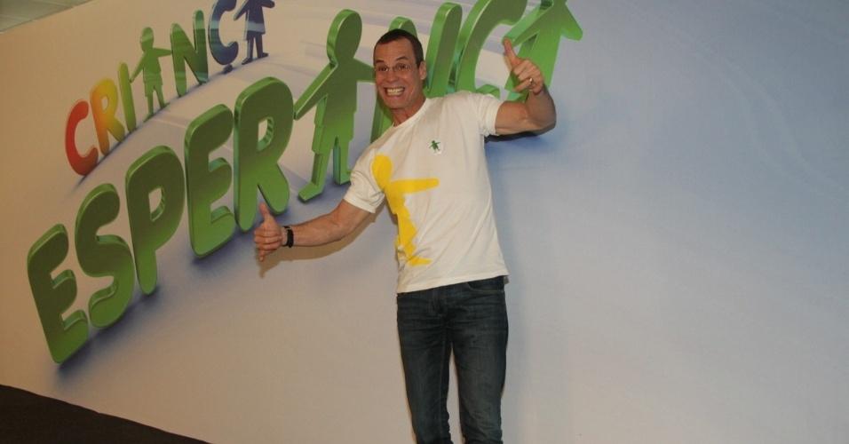 """31.ago.2013 - Carlinho de Jesus participou do """"Mesão da Esperança"""". O coreógrafo atendeu ligações de pessoas interessadas em fazer doações ao projeto """"Criança Esperança"""""""