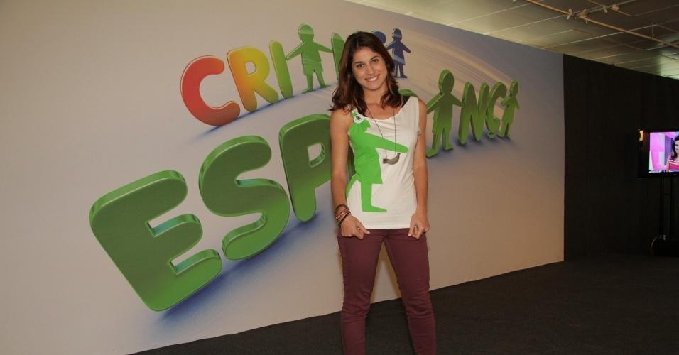 """31.ago.2013 - Chandelly Braz participou do """"Mesão da Esperança"""". A atriz atendeu ligações de pessoas interessadas em fazer doações ao projeto """"Criança Esperança"""""""