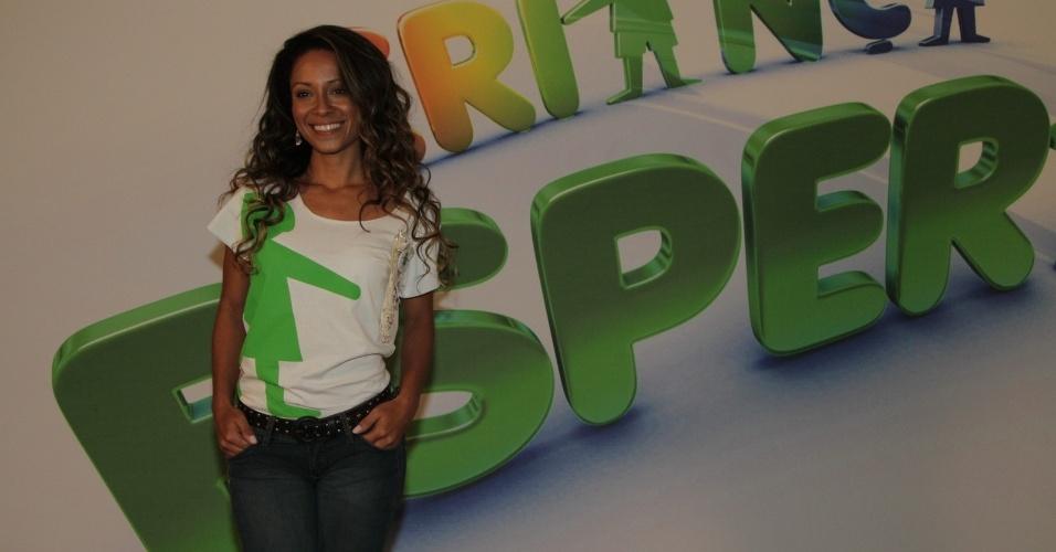 """31.ago.2013 - Cinara Leal participou do """"Mesão da Esperança"""". A atriz atendeu ligações de pessoas interessadas em fazer doações ao projeto """"Criança Esperança"""""""