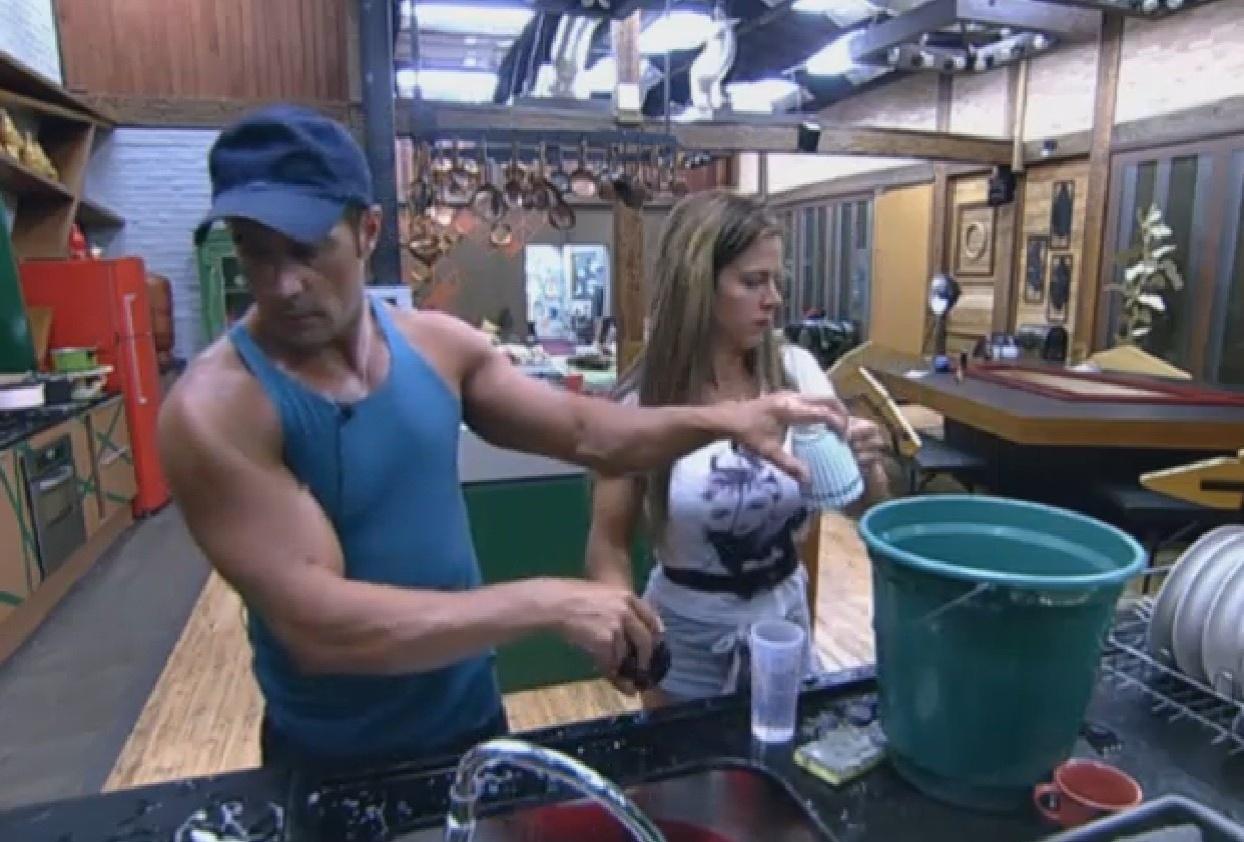 31.ago.2013 - Com corte da água encanada, Denise ajudou Marcão a lavar louça