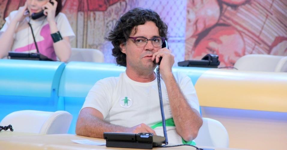 """31.ago.2013 - Felipe Camargo participou do """"Mesão da Esperança"""". O ator atendeu ligações de pessoas interessadas em fazer doações ao projeto """"Criança Esperança"""""""