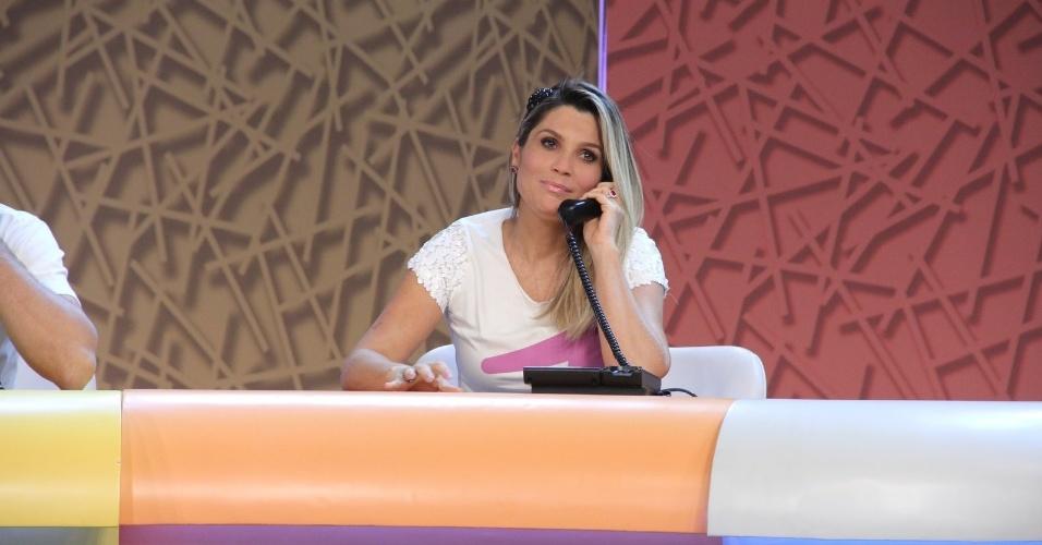 """31.ago.2013 - Flavia Alessandra participou do """"Mesão da Esperança"""". A atriz atendeu ligações de pessoas interessadas em fazer doações ao projeto """"Criança Esperança"""""""