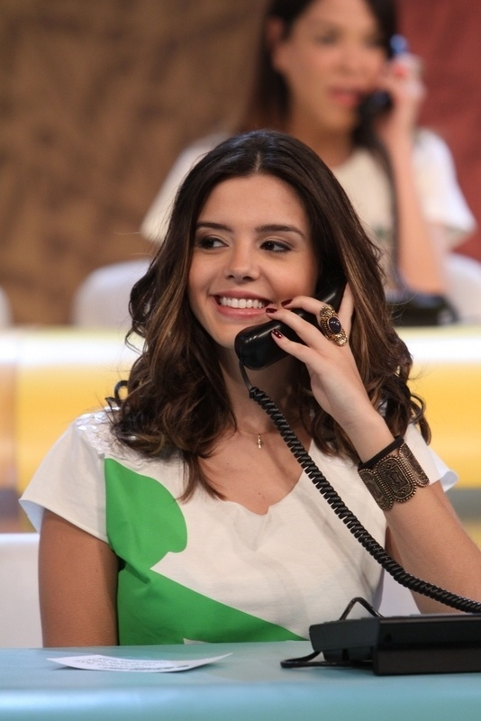 """31.ago.2013 - Giovanna Lancellotti participou do """"Mesão da Esperança"""". A atriz atendeu ligações de pessoas interessadas em fazer doações ao projeto """"Criança Esperança"""""""