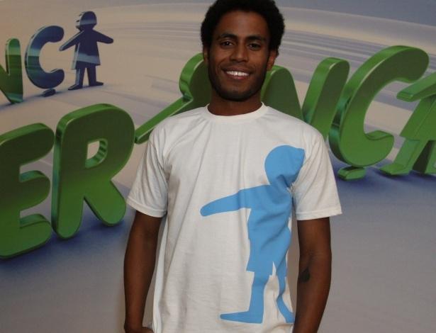 """31.ago.2013 - Icaro Silva participou do """"Mesão da Esperança"""". O ator atendeu ligações de pessoas interessadas em fazer doações ao projeto """"Criança Esperança"""""""