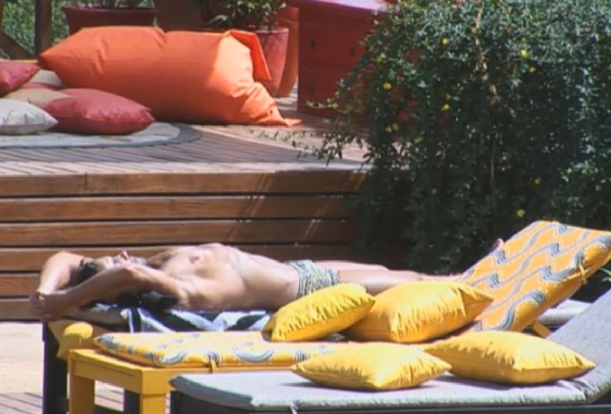 31.ago.2013 - Marcos Oliver pega sol na piscina