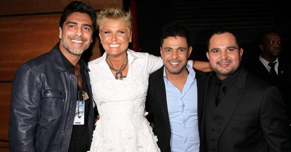 31.ago.2013 - Nos bastidores, o casal Junno Andrade e Xuxa posa com a dupla Zezé di Camargo e Luciano