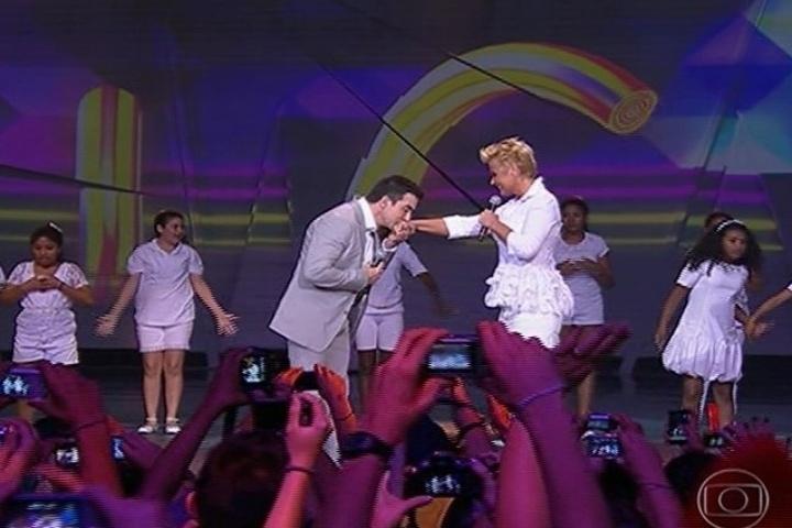 """31.ago.2013 - Padre Fábio de Melo e Xuxa abrem os shows do """"Criança Esperança 2013"""""""