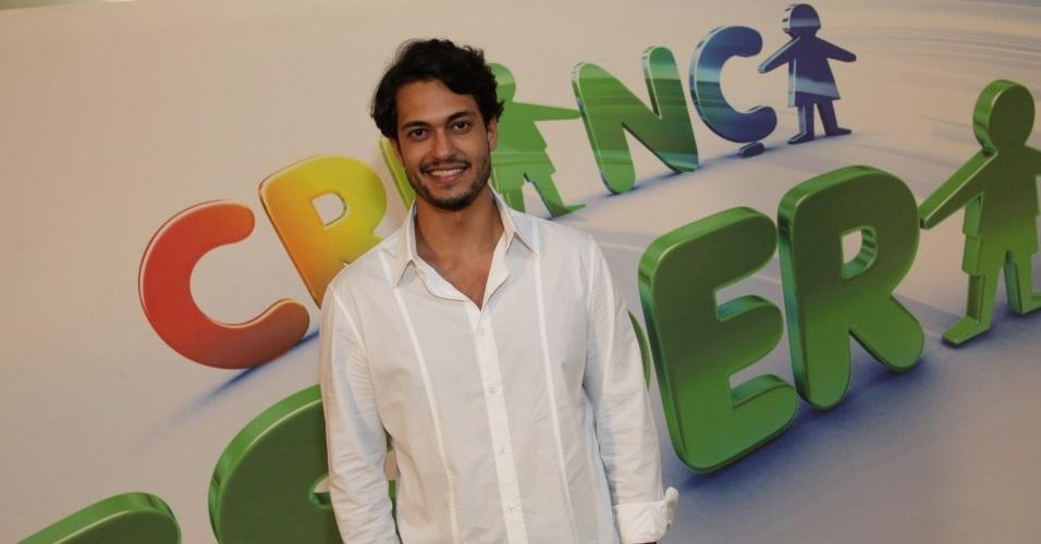 """31.ago.2013 - Raphael Vianna participou do """"Mesão da Esperança"""". O ator atendeu ligações de pessoas interessadas em fazer doações ao projeto """"Criança Esperança"""""""